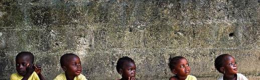 Gambia groep kinderen lesgeven